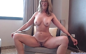 Milf Shakes and Twerks Ass On Livecam