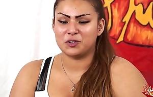 Thrust a una ragazzina peruviana BBW di nome sharon. Un po di domande poi inizia a masturbarsi (parte prima). Nella seconda parte Capitano Eric le far&agrave_ conoscere chilled through potenza del porno