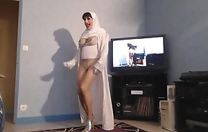 beurette voil&eacute_e montre ses nichons en dansant