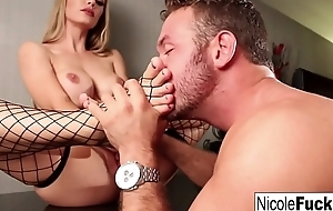 Nicole Aniston gets her feet worshipped